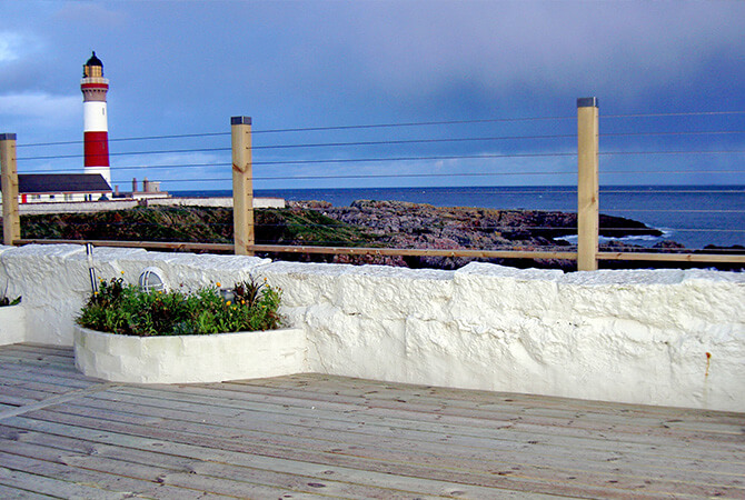 Wire balustrade preserving the sea view